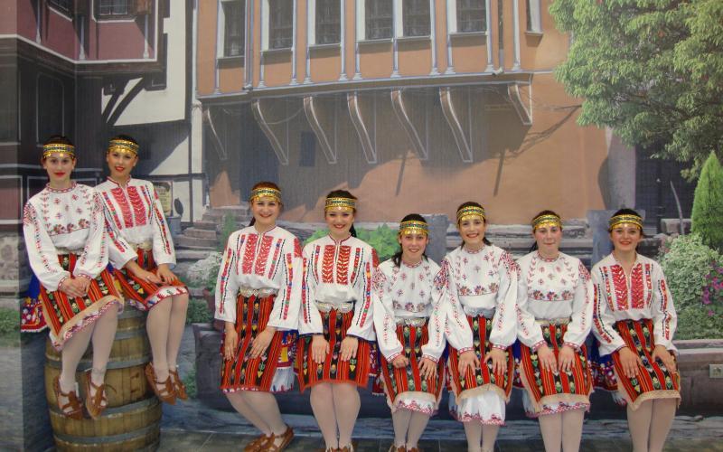 "Фолклорен танцов ансамбъл ""Никола Гинов"""