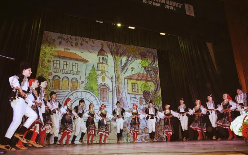 "Фолклорен танцов ансамбъл ""Светлина"""